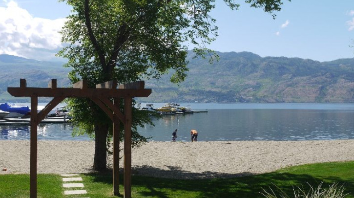 3 bed and Den Beach View with boat llift